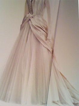 洋服にパールをちりばめたものですが、ウェディングドレスでも素敵だと思います。写真のパールは、バレンシアガの洋服なので、もちろん本物のパールなんでしょう?